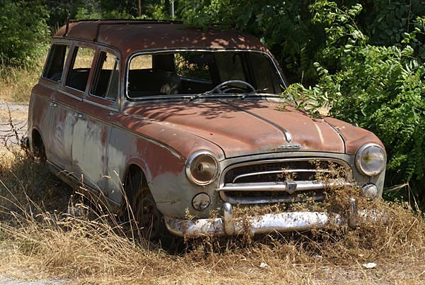 Picture of a Rusty Old Car